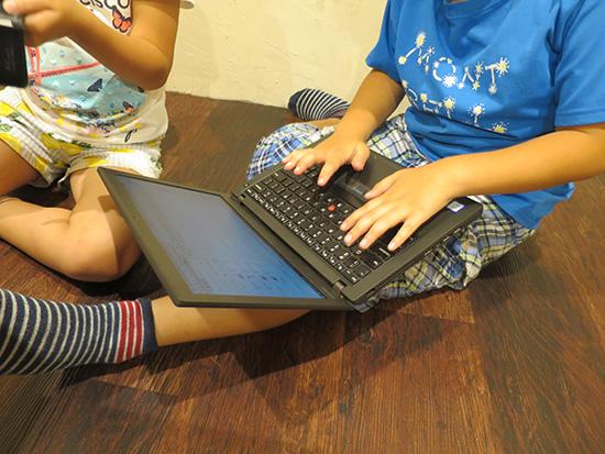 ThinkPad X260を小学生が膝の上にのせてブラインドタッチしてる