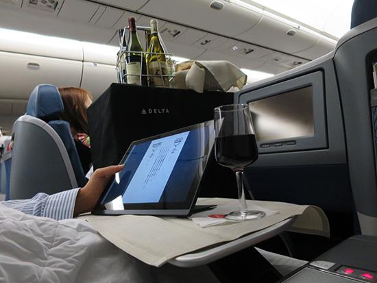 軽くて薄いThinkPad X1 Tablet狭い飛行機内で抜群に機動力を発揮