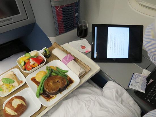 デルタビジネスクラスの洋食とThinkPad X1 Tablet