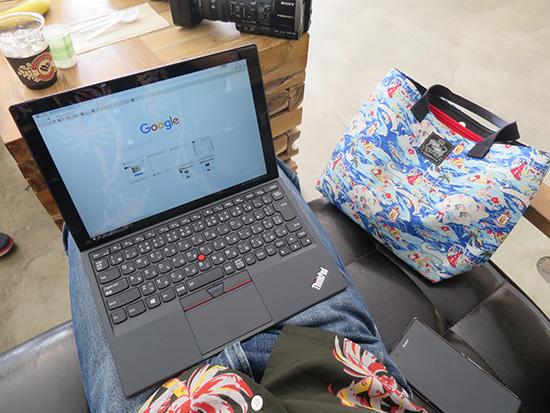 X1 Tabletを膝の上にのせて作業