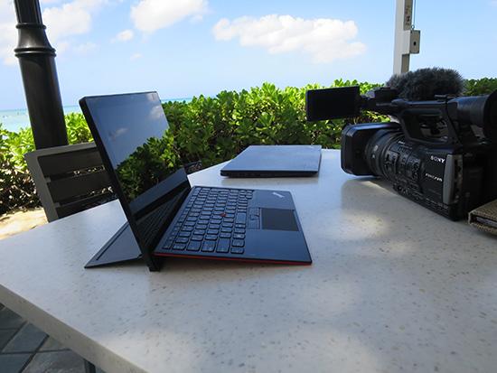 ThinkPad X1 Tablet 業務用ビデオカメラ と一緒にハワイで持ち歩く