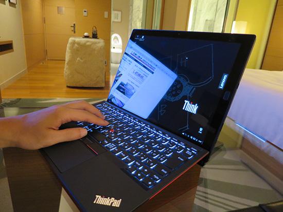 x1 tabletホテルの部屋で