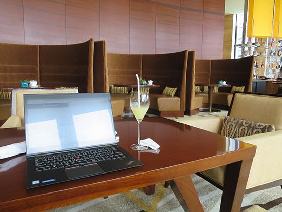 インターコンチネンタルホテル大阪 ラウンジ 3-60スリーシクスティーの4人崖の席を独り占め