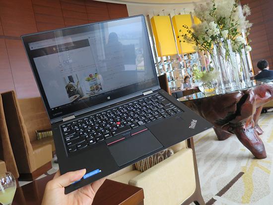 高級ホテルラウンジでノートパソコンを使うなら高級感あるThinkPad X1 Yoga