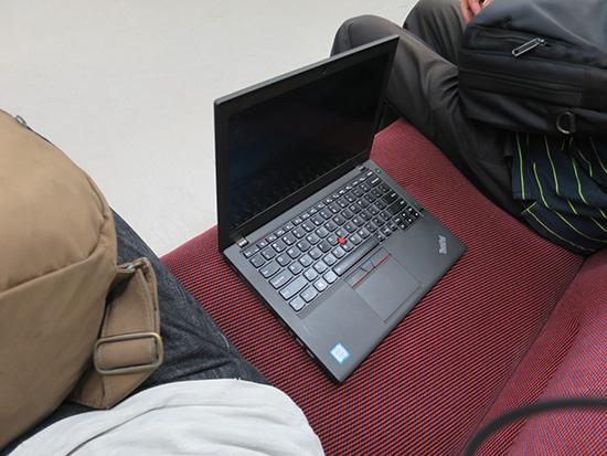 ThinkPad X260 プラバシーフィルタを貼って隣の座席においてみる