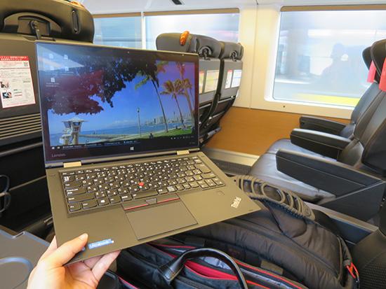 成田エクスプレス車内で ThinkPad X1 Yoga ThinkPadカラーにマッチする