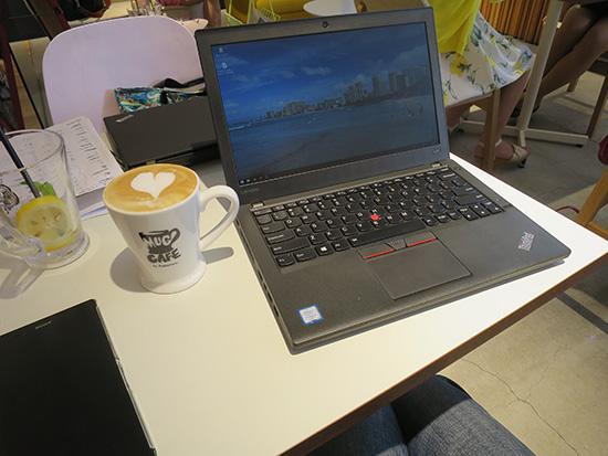 青山のカフェでThinkPad X260 とカプチーノ