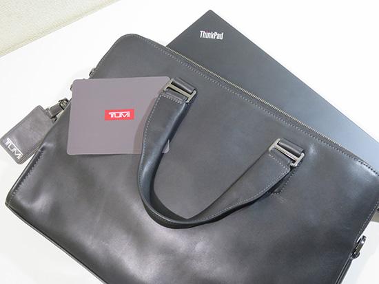 ThinkPad X1にはトゥミの本革バッグがよく似合う