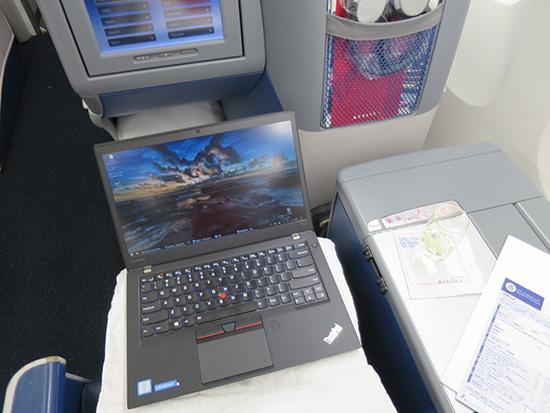腰を据えて飛行機内で仕事をしたいときはThinkPad T460s