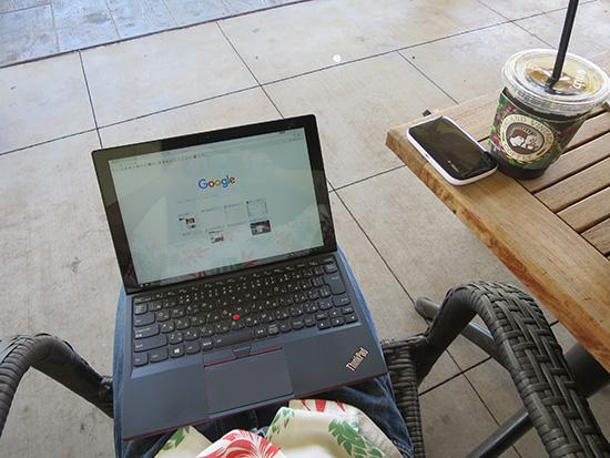 ThinkPad X1 Tabletを膝の上で開く