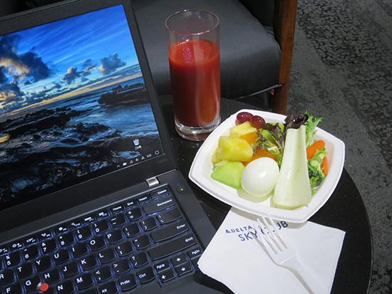 デルタホノルル空港ラウンジで軽食とトマトジュースとT460s