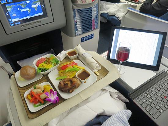 デルタビジネスクラスの機内食をいただきながらX1 Tabletで読書