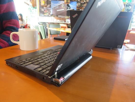 ThinkPad X200s 9セルバッテリーのカバーが割れ中が向きだし