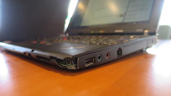 ThinkPad X200s 右角はわれ、基板がむき出しに