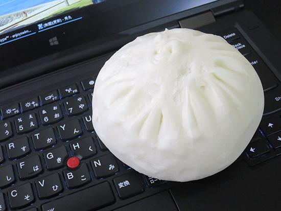 ThinkPad X1 Yogaのキーボードの上に肉まん