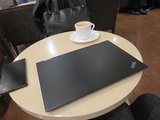 ThinkPad X1 Yogaをカフェのテーブルに置く