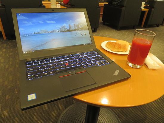 羽田空港ラウンジで軽食とトマトジュースとX260