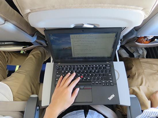 ThinkPad トラックポイントが秀逸 狭い飛行機内でカーソル操作