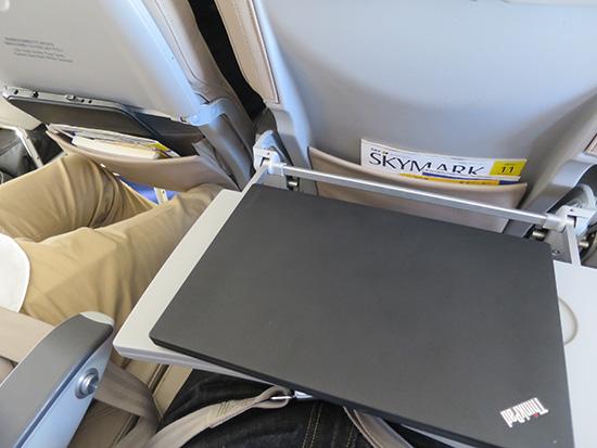 飛行機内 エコノミーのテーブルにノートPCをおいてみる