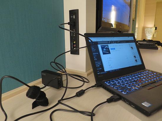 ホテルのテレビ外部端子が壁に設置されている
