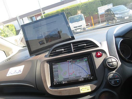 車のダッシュボードにX1 tablet
