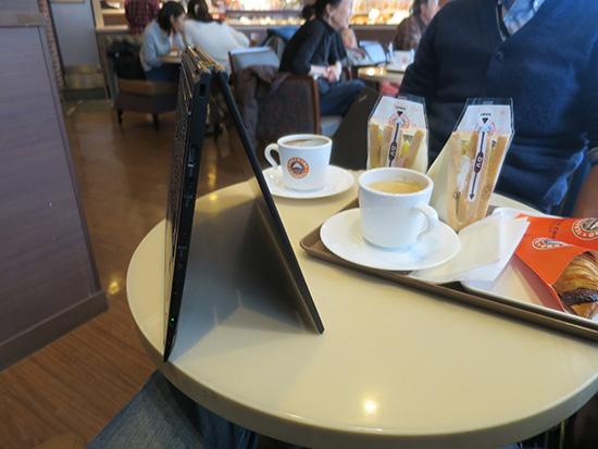 X1 Yoga テントモード 狭いテーブルを有効活用できる
