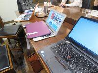 Thinkpad X1 Yoga とMacbook air PROを並べて打ち合わせ