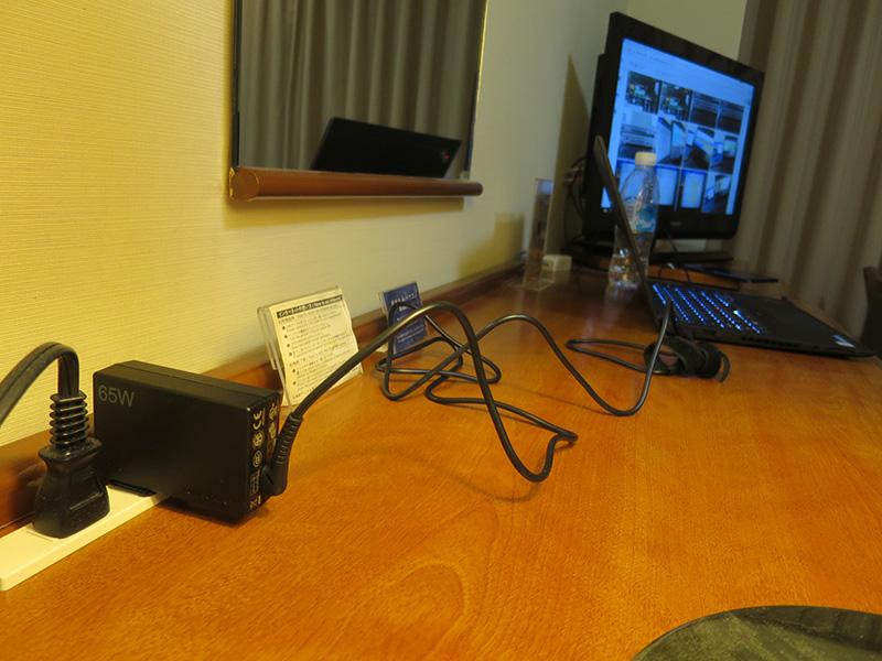 ホテルの部屋でレノボ65WトラベルACアダプター