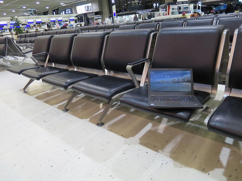 早朝の成田空港貸切ベンチでX260