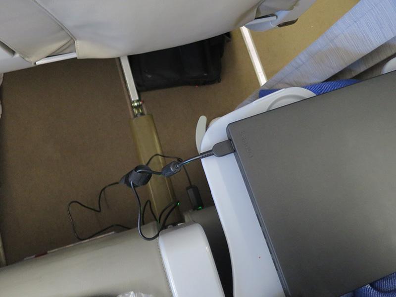 X260と65WトラベルACアダプターを使って飛行機内で充電