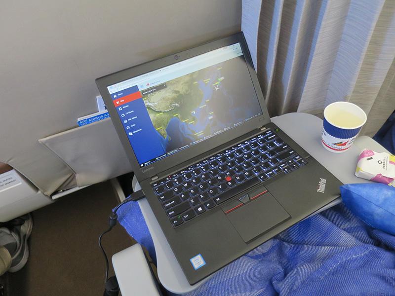フィリピン航空でノートパソコンを開いて一仕事