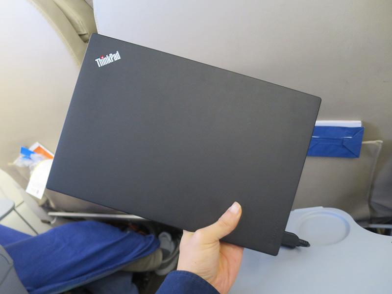 狭い飛行機内ではコンパクトなThinkPad X260が最適