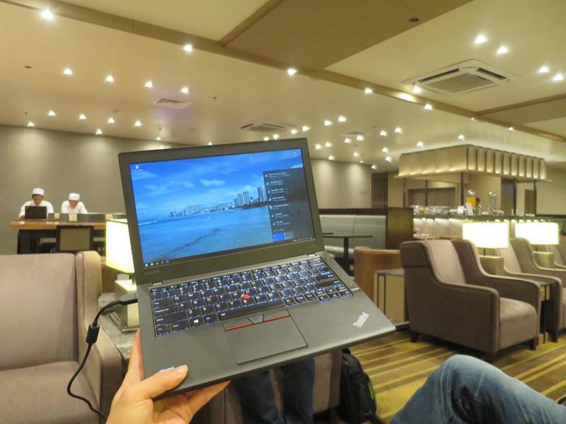 ThinkPad X260と奥にEシリーズ
