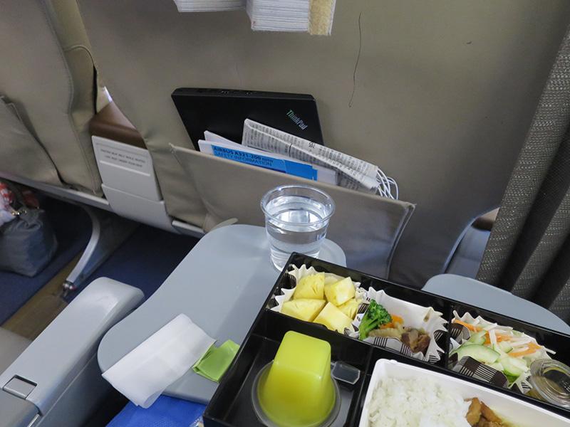食事中は前のビジネスクラスの座席にT460s