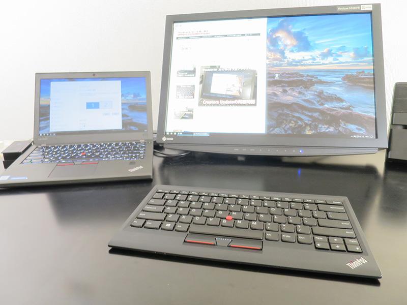 キーボードをどければ机のスペースが広がる
