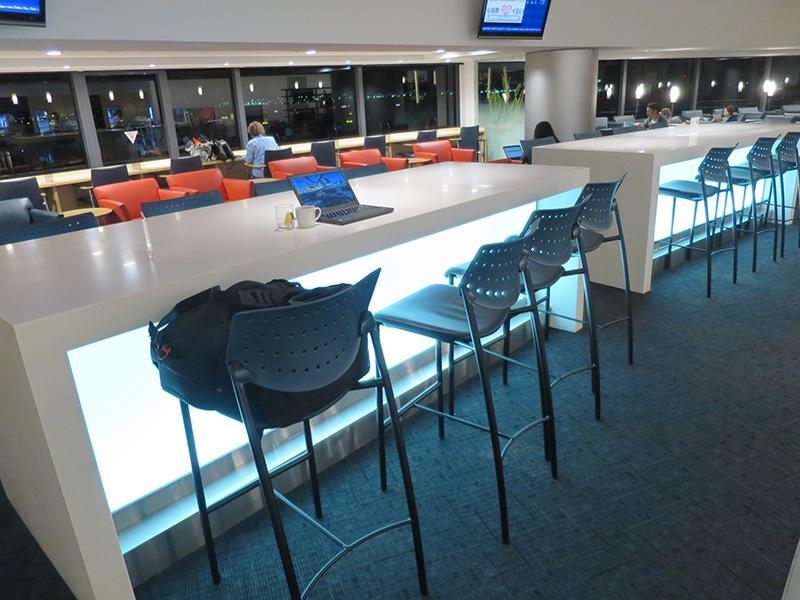 成田空港 デルタスカイクラブラウンジ 離れ小島の椅子が座りやすい