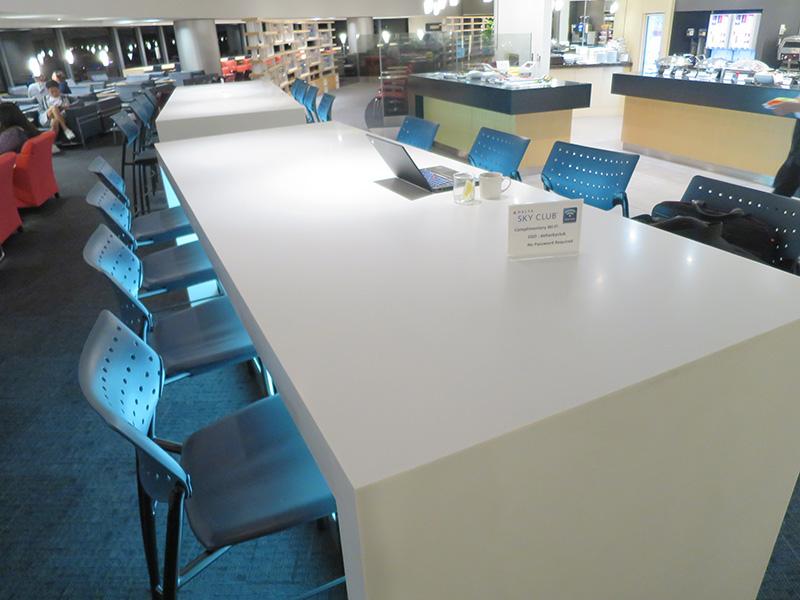 成田空港 デルタスカイラウンジ 離れ小島の2つのテーブル