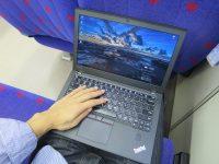 電車内 膝の上でThinkPad X270