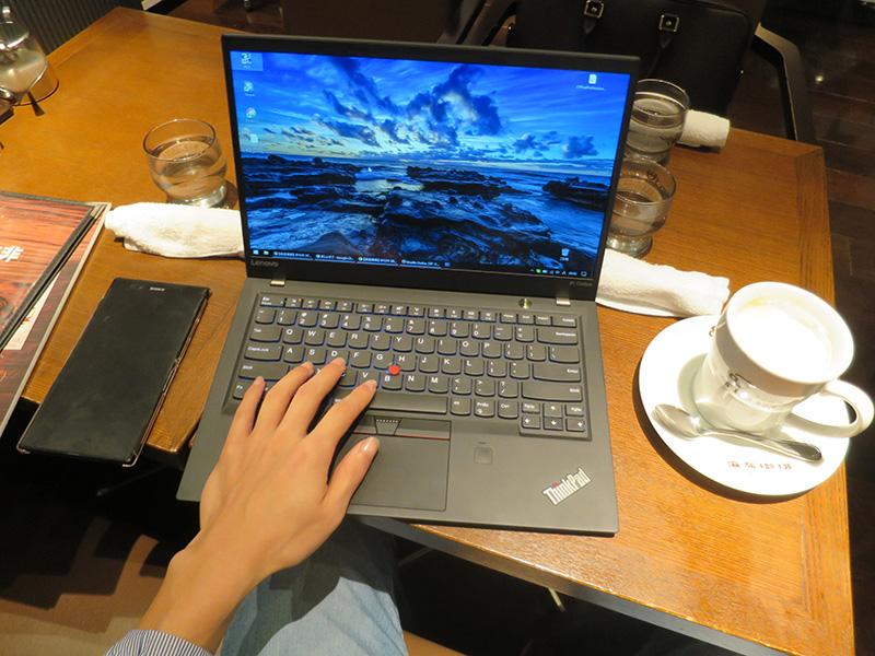 小さなカフェのテーブルでThinkpad X1 Carbon 2017
