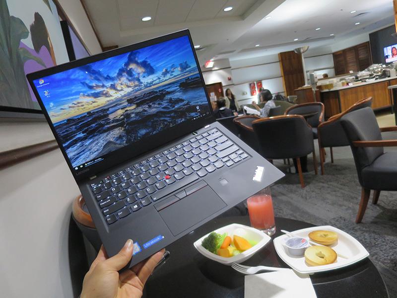 ThinkPad X1 Carbon 2017 片手で持ち運び