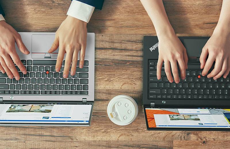 ThinkPad X1 Carbon ブラックアンドシルバー カフェで