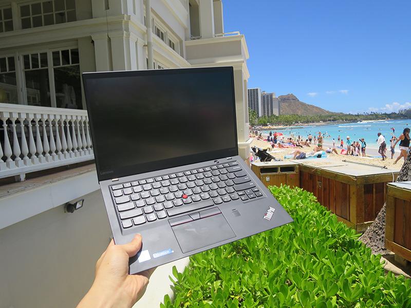 ThinkPad X1 Carbon 2017 をワイキキビーチで片手持ち
