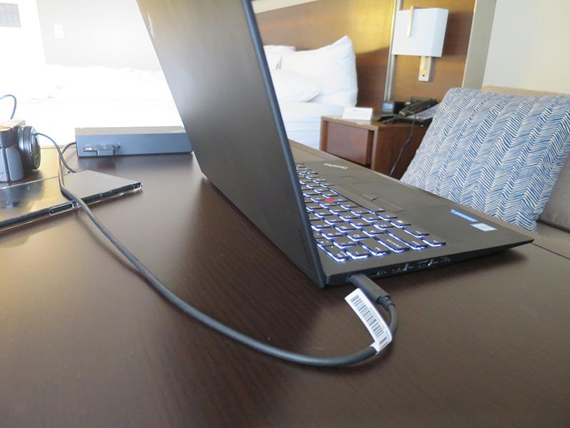 ホテルの部屋でX1 Carbonを充電中