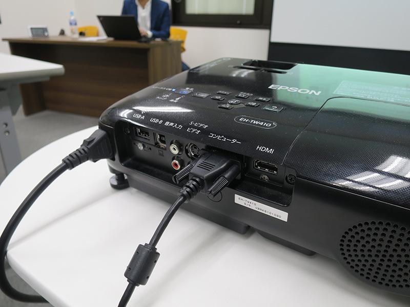 レンタル会議室のプロジェクターはVGAケーブルがささってる