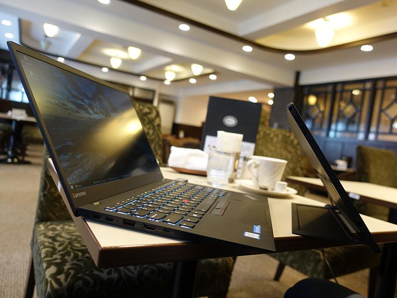 X1 Carbon 2017 とX1 Tablet 2016の薄さ 2台持ち運びも便利