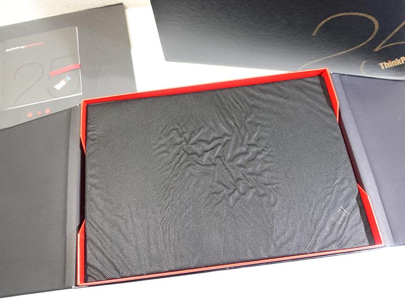 不織布に入ったThinkPad 25が