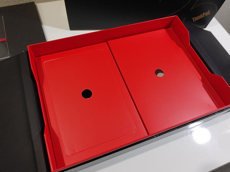 本体の下に付属品の赤い箱