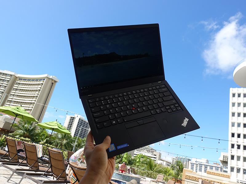プールサイドでThinkPad X1 Carbon 2017