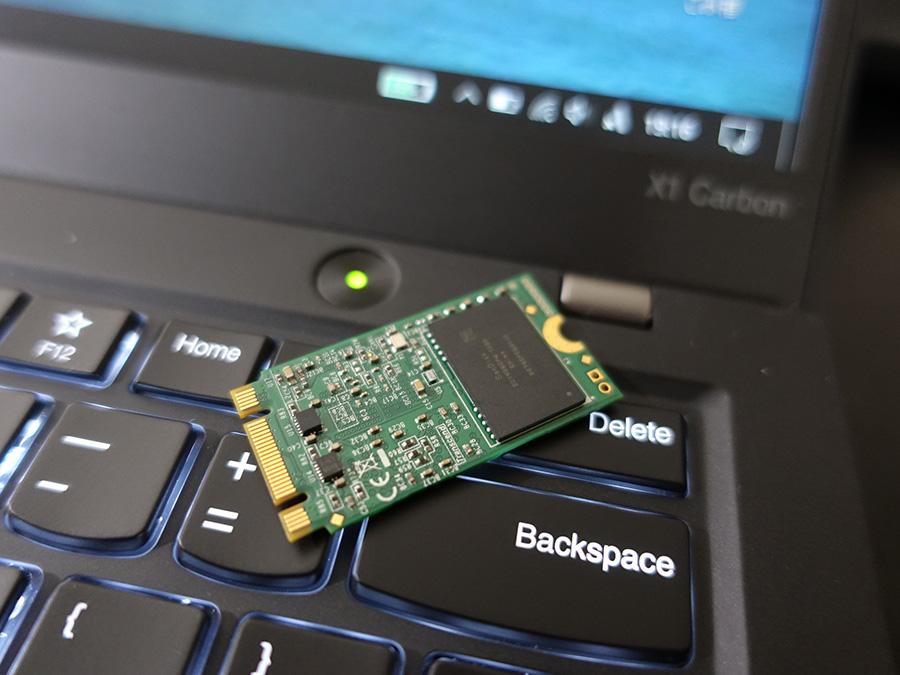 トランセンド m.2 2242 SSD は裏面にもチップが搭載されている