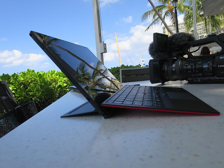 ThinkPad X1 Tablet 横から 薄さが際立つ